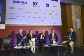 Panel 3: «Φυσικές Καταστροφές: Οι ασφαλιστικές ως «από μηχανής Θεός» Στο πάνελ συμμετείχαν οι ομιλητές (από αριστερά): Βασίλειος Μπίλλης, CEO, Systems Sunlight, Ευγενία Καφφετζή, Διευθύνουσα Σύμβουλος Globalnet Μεσίτες Ασφαλίσεων ΕΠΕ, Mέλος του Συνδέσμου Ελλήνων Μεσιτών Ασφαλίσεων (ΣΕΜΑ) και της Ένωσης Ανωτάτων Στελεχών Επιχειρήσεων (ΕΑΣΕ), Νικόλαος Α. Μακρόπουλος, Πρόεδρος & Διευθύνων Σύμβουλος, ΕΥΡΩΠΗ Ασφαλιστική, Ερρίκος Μοάτσος, Διευθύνων Σύμβουλος, ΑΧΑ Ασφαλιστική. Συντονιστής του πάνελ: Βάϊος Κρόκος, Δημοσιογράφος.