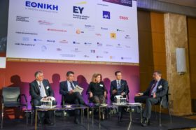 Panel 5: «Οι Νέες Προκλήσεις στην Ασφαλιστική Διαμεσολάβηση» Στο πάνελ συμμετείχαν οι ομιλητές (από αριστερά): Ιωάννης Τοζακίδης, Πρόεδρος, Πανελλήνιος Σύνδεσμος Συντονιστών Ασφαλιστικών Συμβούλων (Π.Σ.Σ.Α.Σ.), Μέλος Επιτροπής GAMA Hellas, Συντονιστής Ασφαλιστικών Συμβούλων, Παναγιώτης (Τάκης) Μιχαλόπουλος, Ασφαλιστικός Πράκτορας, Πρόεδρος, Πανελλήνια Ομοσπονδία Ανεξάρτητων Ασφαλιστικών Διαμεσολαβητών (ΠΟΑΔ), Σύλλογος Ασφαλιστικών Πρακτόρων Νομού Αττικής (ΣΠΑΤΕ), Θεοδώρα Γουργούλη, Ασφαλιστικός & Επενδυτικός Σύμβουλος, Πρόεδρος, Πανελλήνιος Σύνδεσμος Ασφαλιστικών Συμβούλων (Π.Σ.Α.Σ.), Μιχάλης Τζωρτζωρής, Πρόεδρος, Σύνδεσμος Ελλήνων Μεσιτών Ασφαλίσεων (ΣΕΜΑ). Συντονιστής του πάνελ: Νίκος Κλήμης, Οικονομολόγος, Ειδικός Συνεργάτης, Ethos Media S.A.